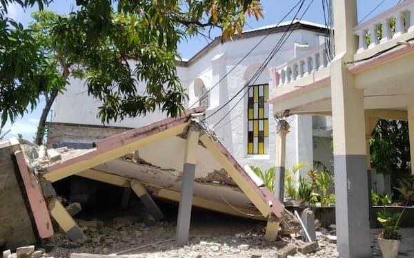 地震により倒壊した教会(14日、ハイチ西部レカイ)=AP