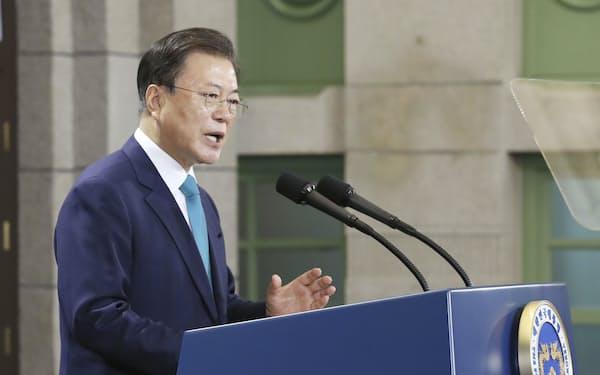 15日、演説する韓国の文在寅大統領=聯合・共同