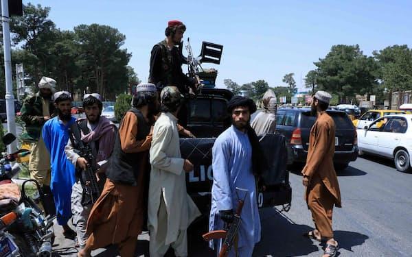 14日、アフガニスタン西部ヘラートのタリバン戦闘員(ロイター=共同)