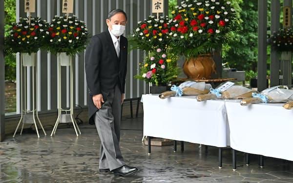 千鳥ケ淵戦没者墓苑を訪れ、献花した菅首相(15日午前、東京都千代田区)