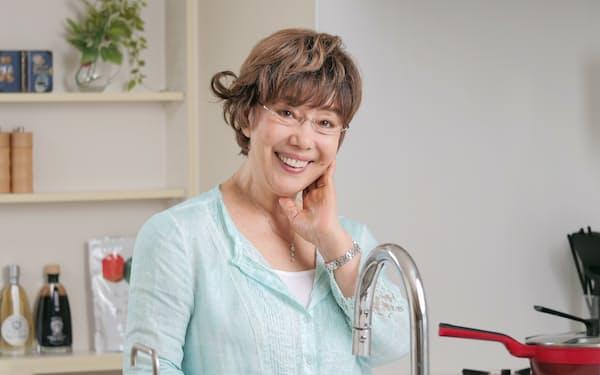 ひらの・れみ 東京都生まれ。シャンソン歌手としてデビュー。結婚後に家庭料理を研究、料理愛好家として、主婦としての体験を生かしたアイデア料理をテレビや雑誌などで発信する。エッセー執筆、キッチン用品の開発監修なども手掛ける。