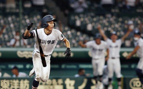 小松大谷―高川学園 9回裏高川学園1死満塁、サヨナラの押し出し四球を選びガッツポーズする山(15日、甲子園)=共同