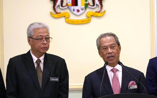 辞任を表明したムヒディン首相(右)と次の首相候補として名が挙がるイスマイルサブリ・ヤーコブ副首相(左)=AP