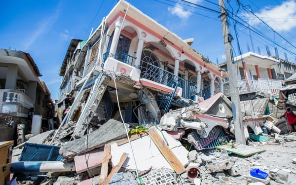 マグニチュード7.2の地震で倒壊した家屋(ハイチ南西部レカイ)=ロイター