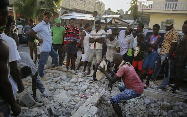 ハイチでは懸命の救出活動が続けられている=AP