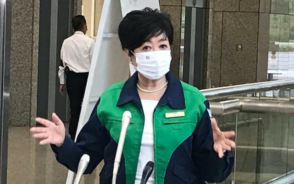 記者団の取材に応じる小池知事(16日、東京都庁)