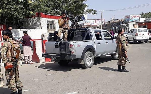 カブールの空港の入り口を警備するアフガニスタン治安部隊(15日)=ロイター