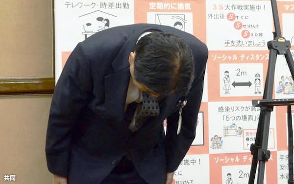 東京五輪ソフトボール選手の金メダルをかじったことに対し、改めて謝罪し頭を下げる名古屋市の河村たかし市長(16日午前、名古屋市役所)=共同