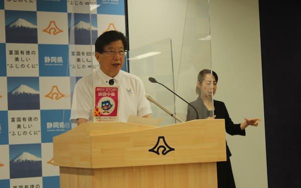 緊急事態宣言の適用要請について記者会見する静岡県の川勝平太知事(16日、静岡県庁)
