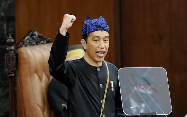 8月17日の独立記念日を前に国会での年次教書演説に臨むインドネシアのジョコ大統領(16日、ジャカルタ)=ロイター