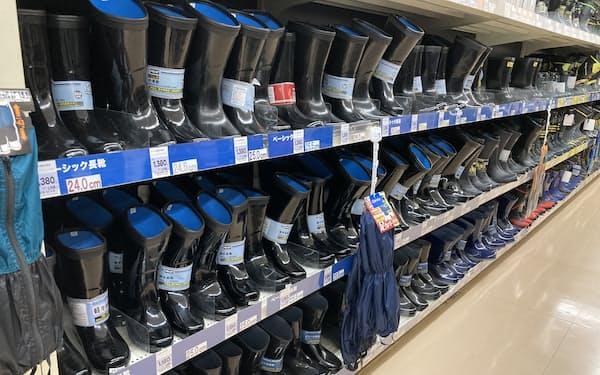 コーナン商事では雨カッパや長靴など雨具の売れ行きが好調だ(大阪市の店舗)