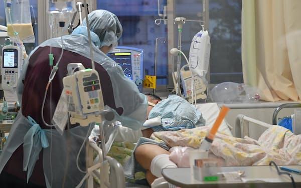 新型コロナウイルスの流行で重症者の受け入れが難しくなっている