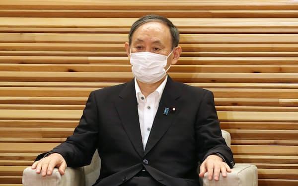 閣議に臨む菅首相(8月10日、首相官邸)