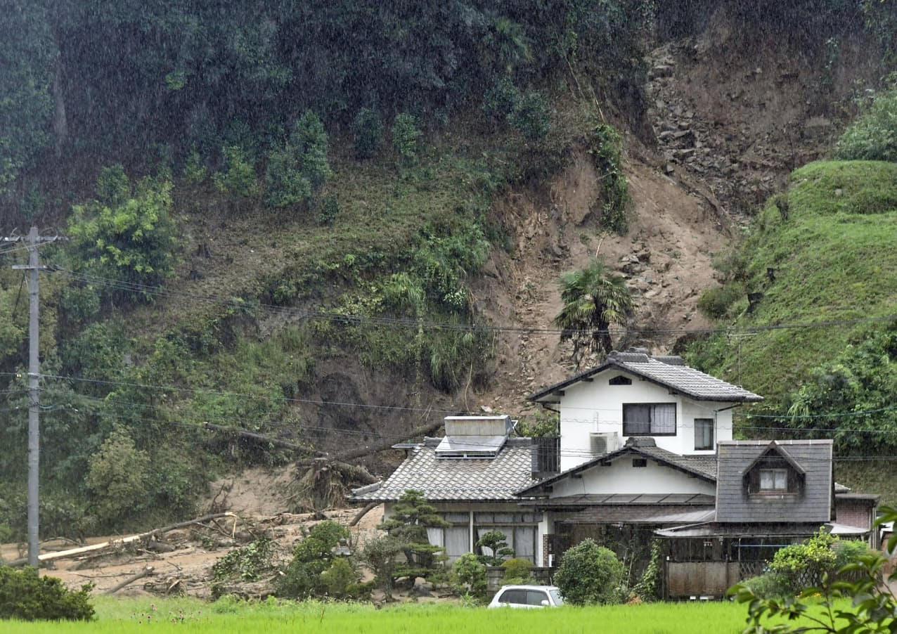 広島市安佐南区で発生した土砂崩れ(14日午後3時34分)=共同
