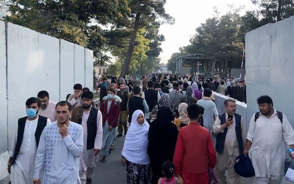 国外避難を求めて空港に向かう人々(16日、カブール国際空港)=ロイター