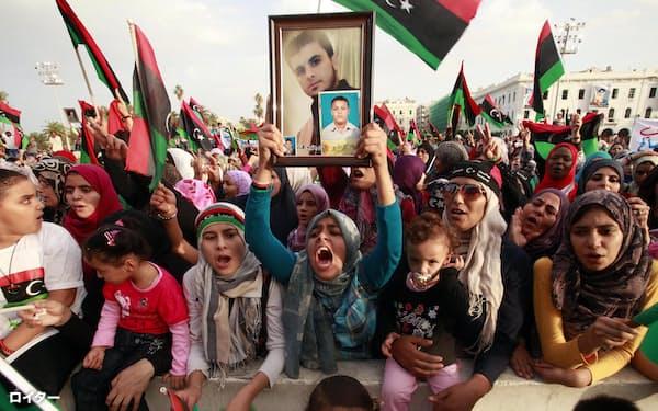 2011年、カダフィ政権崩壊を祝福するリビア市民。当時は独裁者の失脚に喝采を送っていたが…=ロイター