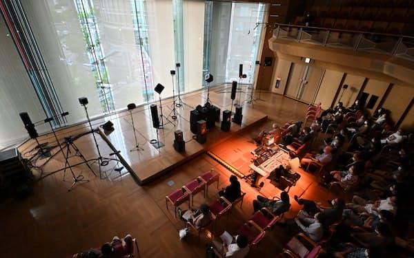 8月4日に大阪市のザ・フェニックスホールで行われた演奏会では、中央の操作盤で30個以上のスピーカーを操り音を作り出した(C)松浦隆