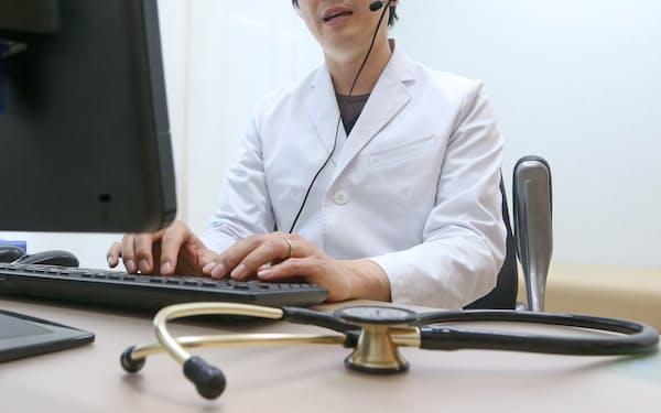 オンライン診療をする医師(東京都内)