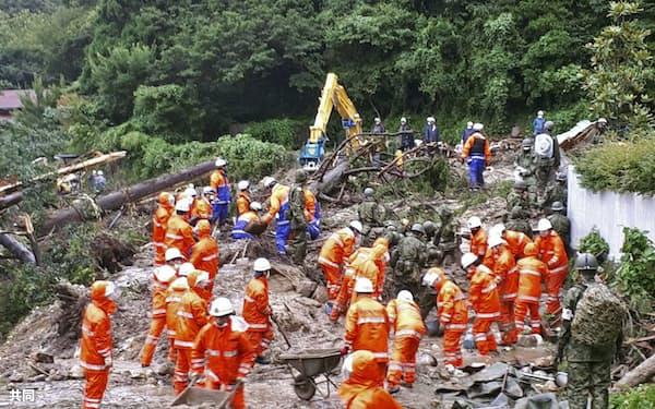 長崎県雲仙市の土砂崩れ現場の捜索活動(16日午前、同市提供)=共同