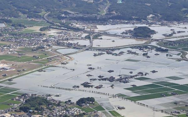 大雨の影響で一面が水に漬かった佐賀県武雄市(15日)=共同