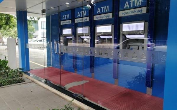 現金が補充されず、銀行ATMには行列もできなくなった(15日、ヤンゴン)