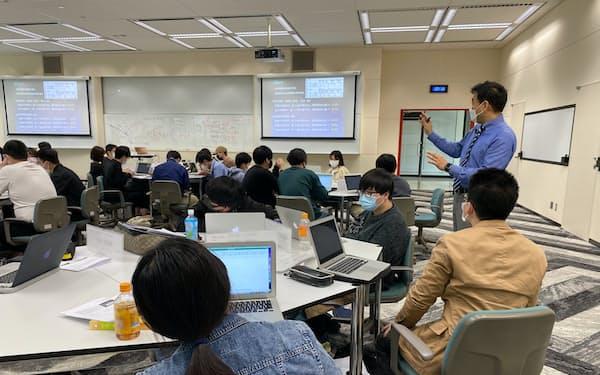 データサイエンスに関わる授業を受ける名古屋商科大学の学生(愛知県日進市)