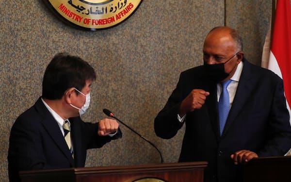 共同記者発表に臨む茂木外相(左)とエジプトのシュクリ外相(16日、カイロ)=ロイター