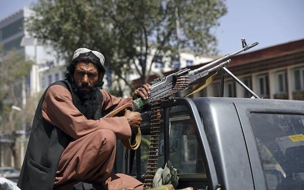 アフガンの首都カブールに進攻したタリバンの戦闘員(16日)=AP