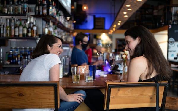 外食を楽しむ消費者(米フィラデルフィア市のレストラン)=ロイター