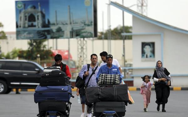 アフガニスタンから退避しようと空港に向かう人(14日、首都カブールのハミド・カルザイ空港)=AP
