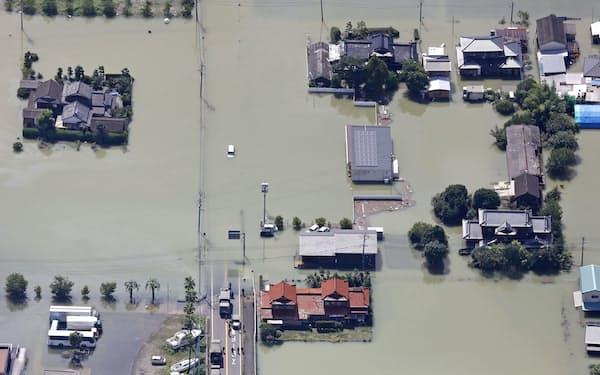 大雨の影響で一面が水に漬かった佐賀県武雄市(15日午前10時17分)=共同通信社ヘリから