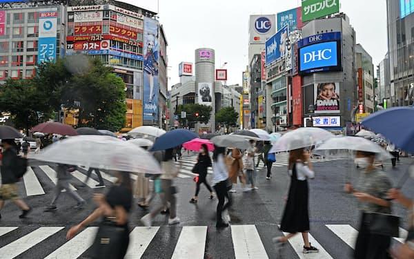 スクランブル交差点を渡る人たち(14日、東京・渋谷)