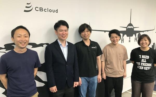 コンビニ宅配を担当した主なメンバー。左から小山さん、松本社長、徳盛さん