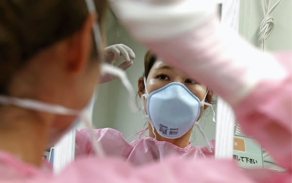 新型コロナの感染急拡大に看護師らは休む間もない(川崎市立多摩病院)=共同