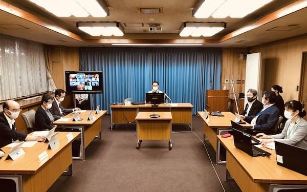 埼玉県の新型コロナウイルスに関する専門家会議に出席する大野元裕知事(写真中央上、17日、埼玉県庁)