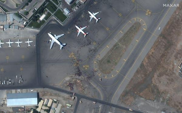 16日、アフガニスタンの首都カブールの空港の衛星写真(Maxar Technologies提供、ロイター)