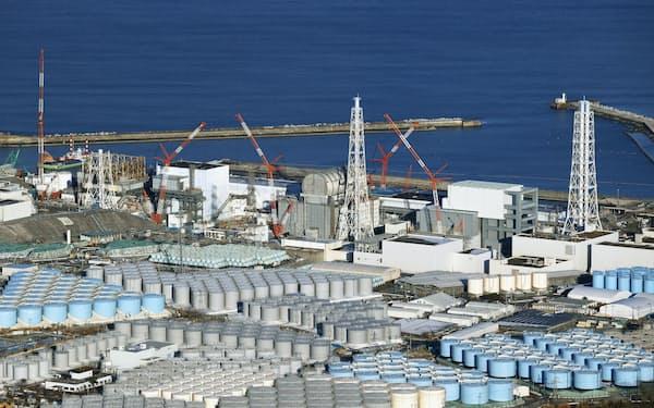 東京電力福島第1原発の敷地内に林立するタンク=共同