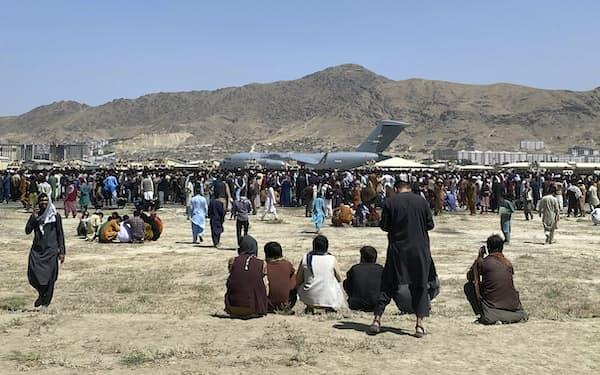 タリバンの支配から逃れるため多くの市民が空港付近に殺到した(16日、カブール)=AP