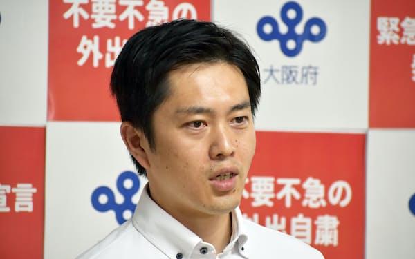 記者団の取材に応じる吉村知事(17日、大阪府庁)