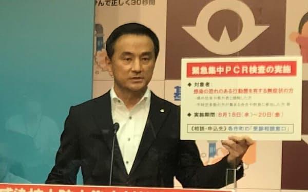 記者会見する山口県の村岡嗣政知事