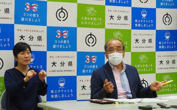 記者会見する広瀬知事(17日、大分県庁)