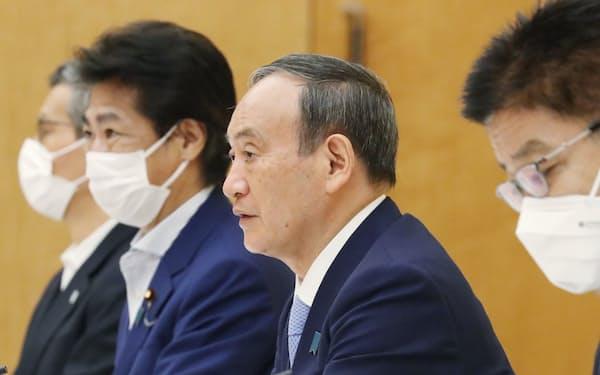 対策本部の会合で緊急事態宣言の対象地域追加などを表明する菅首相(17日、首相官邸)