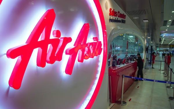 ドンムアン空港のエアアジアのロゴ(20年5月、バンコク)=小高顕撮影