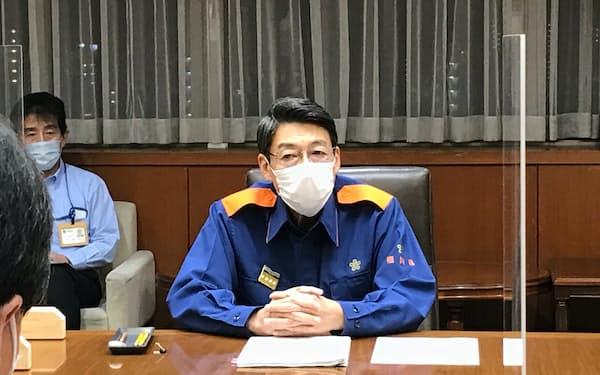 コロナ対策本部会議に出席した、福岡県の服部知事(17日、県庁)