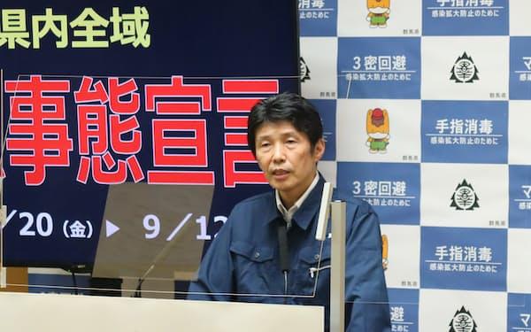 群馬県の臨時記者会見に臨む山本知事(17日夜、前橋市)