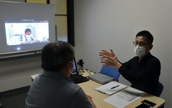 オンラインも活用して弁護士(右)らが相談に乗った(福井県大野市の大野商工会議所)