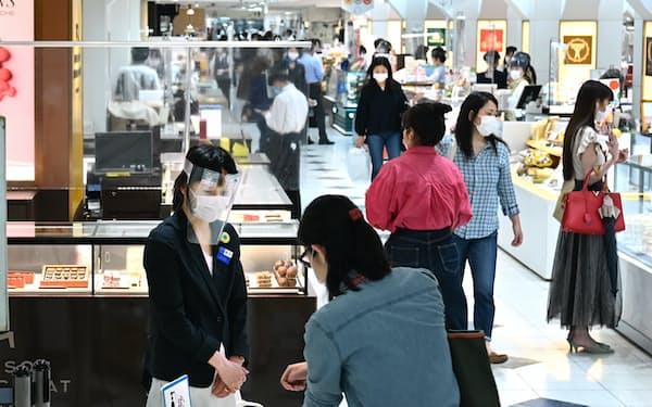 買い物客でにぎわうデパートの食品売り場(東京・銀座の松屋)