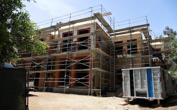 新築住宅の建設現場(米カリフォルニア州)=ロイター