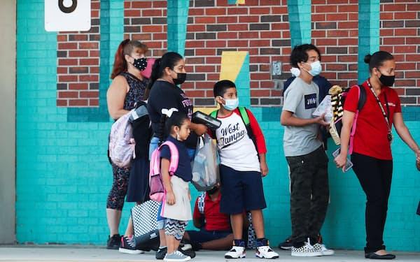 学校でのマスク着用義務を禁止したフロリダ州。新学期を開始したウエスト・タンパ市の学校の生徒は自主的にマスクを着用=ロイター