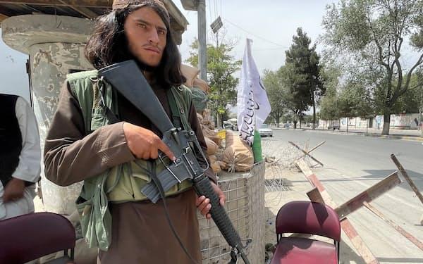 カブール市内の警戒に当たるタリバンのメンバー(17日)=ロイター
